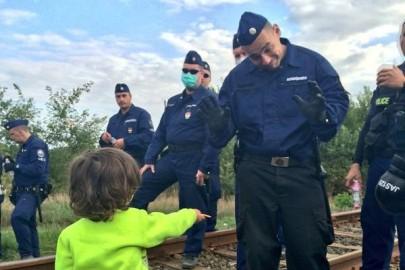 refugiati-ungaria-politisti